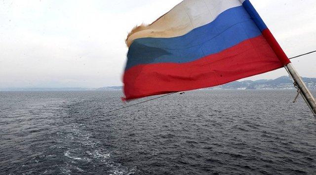 俄渔船在日本海出现机械故障并被拖船拖回